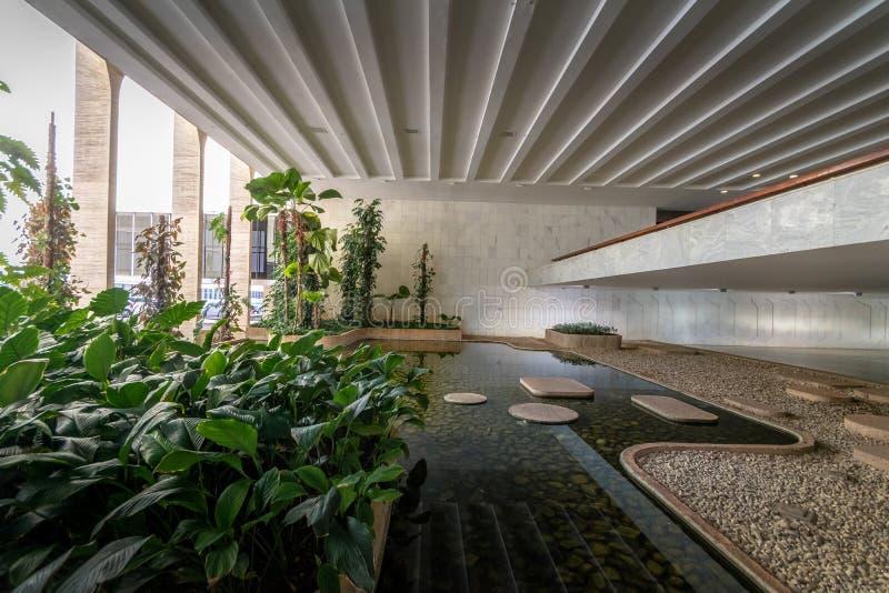 Faccia il giardinaggio a atrio dell'interno del palazzo di Itamaraty - Brasilia, Distrito federale, Brasile immagine stock libera da diritti
