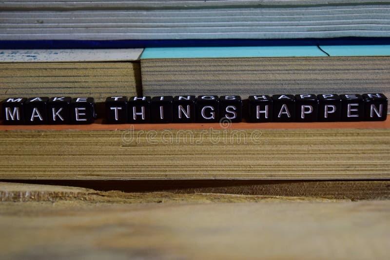 Faccia le cose accadere sui blocchi di legno Concetto di ispirazione e di motivazione immagini stock