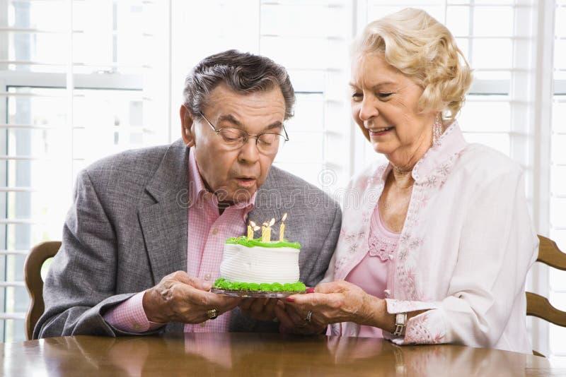 Faccia maturare le coppie con la torta. immagini stock libere da diritti
