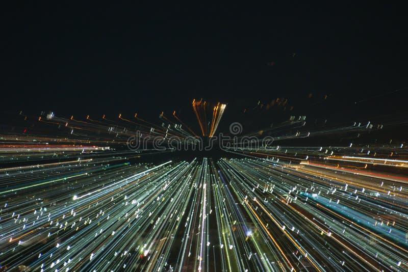 Faccia saltare l'effetto dello zoom, linee leggere con l'esposizione lunga fotografia stock libera da diritti