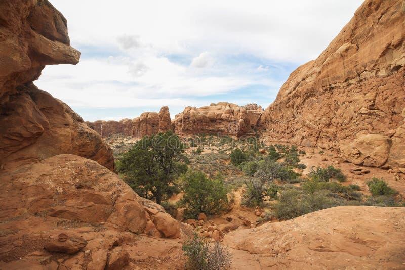 Faccia un'escursione nella sezione delle finestre in arché il parco nazionale, Utah fotografie stock