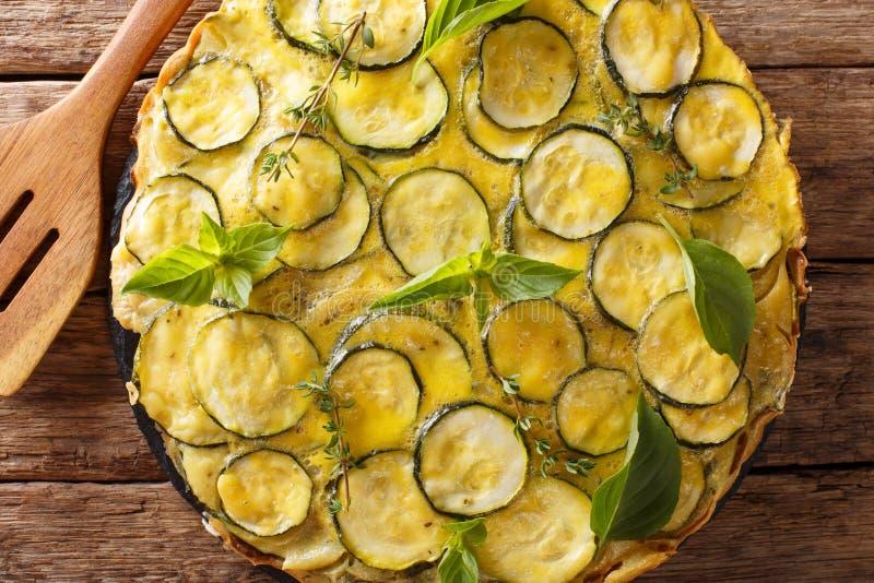 Faccia un spuntino la crostata italiana dello zucchini dell'estate con il primo piano dei fiori horizo fotografia stock libera da diritti