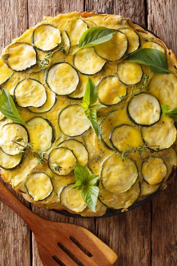 Faccia un spuntino la crostata italiana dello zucchini dell'estate con il primo piano dei fiori Vertic fotografie stock