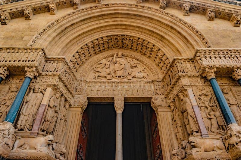 Facciata ad ovest della cattedrale di Trophime del san in Arles, Francia immagini stock