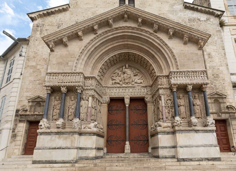 Facciata ad ovest della cattedrale di Trophime del san in Arles, Francia Bouches-du-Rhone, fotografia stock libera da diritti