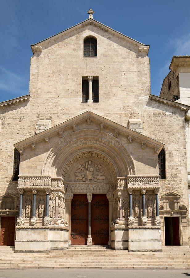 Facciata ad ovest della cattedrale di Trophime del san in Arles, Francia Bouches-du-Rhone, fotografia stock