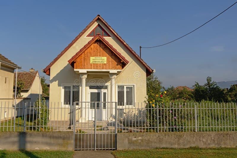 Facciata anteriore della chiesa pentecostale in Aurel Vlaicu, Romania fotografie stock libere da diritti