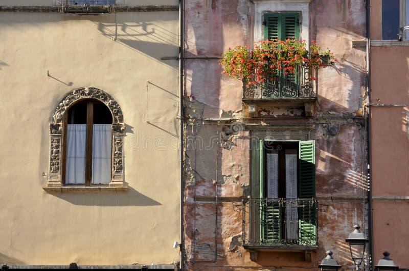 Facciata antica con il balcone fotografie stock libere da diritti