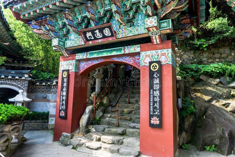 Facciata antica della porta di stile cinese in tempio di Haedong Yonggungsa fotografia stock