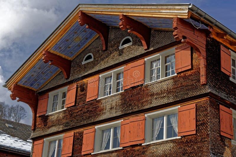 Facciata arancio di architettura decorativa della casa dell'assicella immagine stock libera da diritti