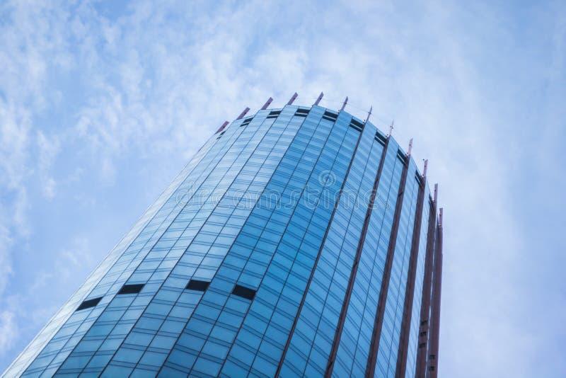 Facciata blu del grattacielo Costruzioni di Berlin Siluette di vetro moderne dei grattacieli fotografia stock libera da diritti
