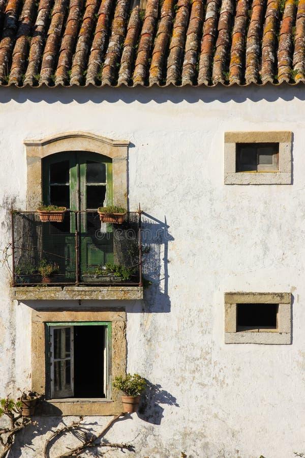 Facciata. Casa imbiancata tipica. Obidos. Il Portogallo immagini stock
