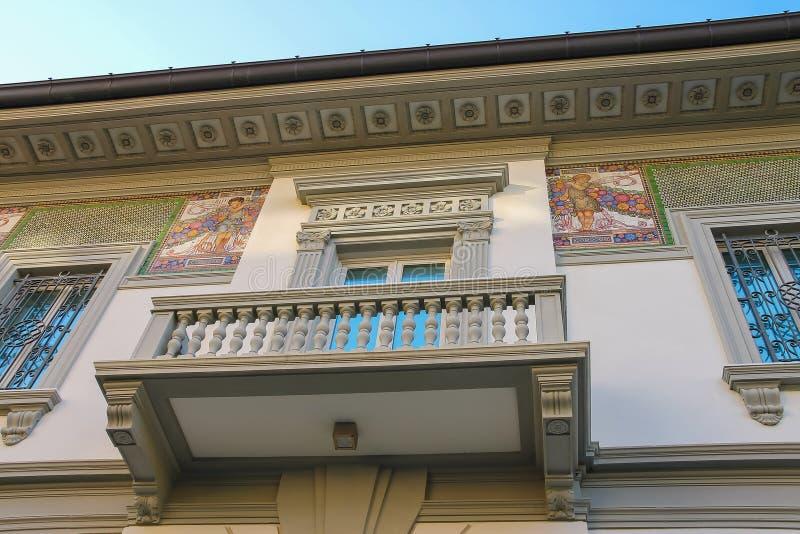 Facciata con l'affresco della casa antiquata di progettazione in Viareggio, Italia immagini stock libere da diritti