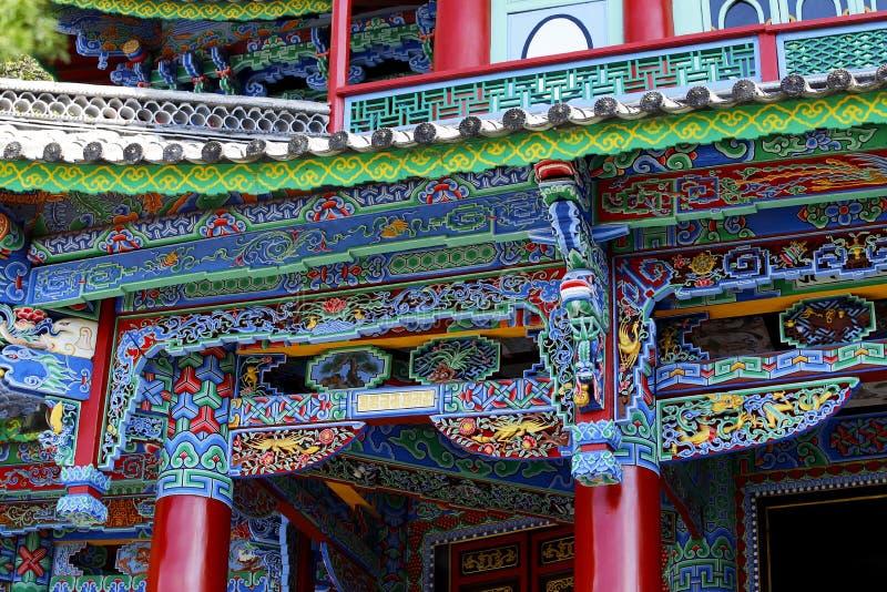 Facciata decorata di un tempio nei giardini cinesi di Dragon Pool nero in Jade Spring Park, Lijiang, il Yunnan, Cina fotografie stock libere da diritti