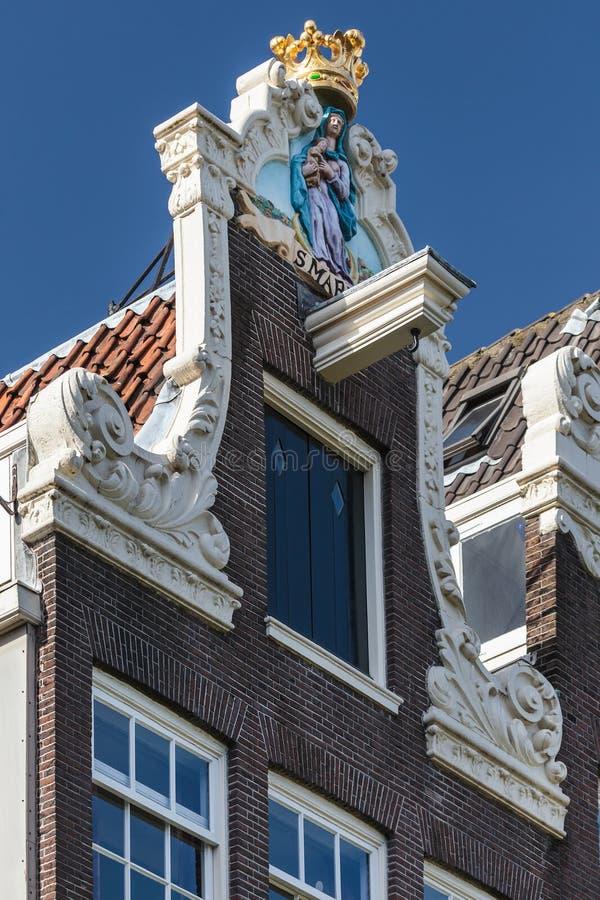 Facciata decorata di una casa storica di Amsterdam immagine stock