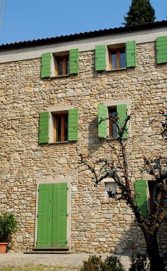 facciata dei blocchi di pietra di casa in arqu petrarca