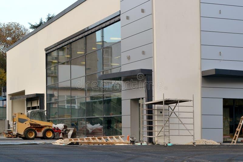 Facciata del centro commerciale moderno con una grande finestra allo stadio finale di costruzione un giorno fotografia stock libera da diritti