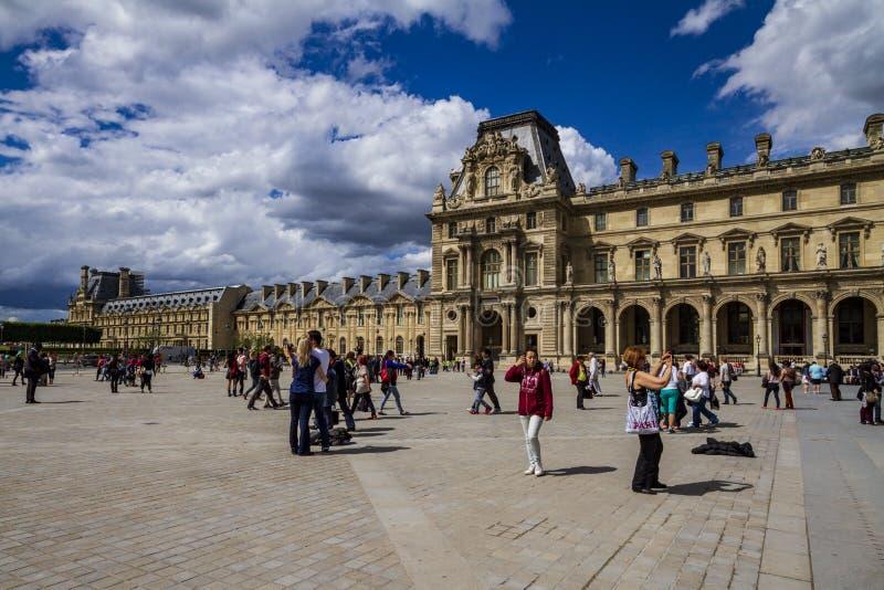 Facciata del Louvre a Parigi immagine stock