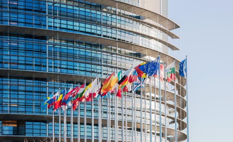 Facciata del Parlamento Europeo con tutta la Florida del paese dell'Unione Europea di E. - fotografia stock libera da diritti