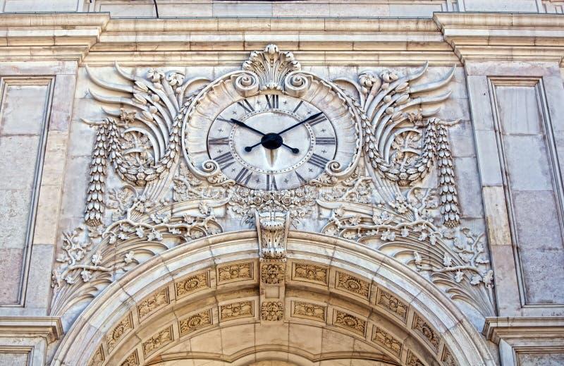 Facciata del Rua Augusta Triumphal Arch con il suo fronte di orologio fotografia stock libera da diritti