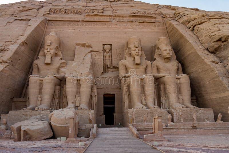 Facciata del tempio del taglio della roccia di Ramses II ad Abu Simbel, Egitto fotografie stock libere da diritti