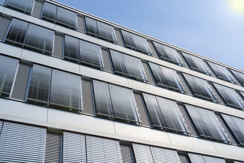 Facciata dell'edificio per uffici di palazzo multipiano con le finestre coperte b veneziana fotografie stock libere da diritti