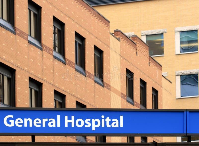 Facciata dell'ospedale con il segno immagine stock libera da diritti
