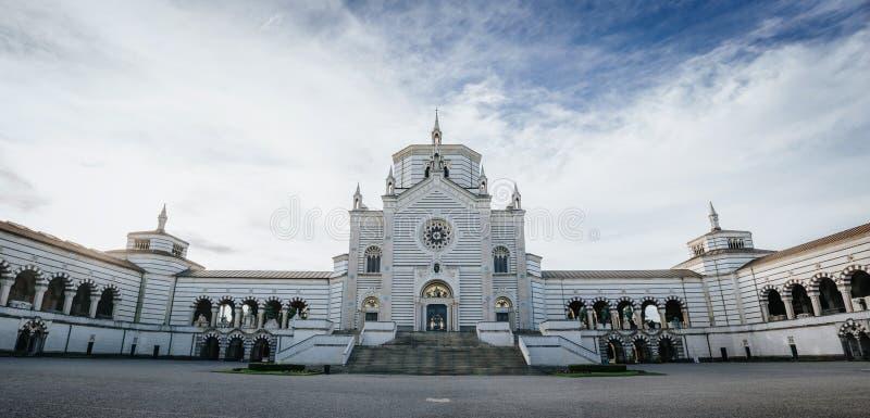 Facciata della cappella di Famedio al cimitero monumentale (Cimitero Monumentale), uno dei punti di riferimento principali e attr immagine stock