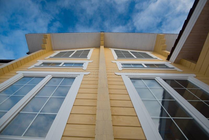 Facciata della casa di legno moderna fotografia stock for Architettura moderna della casa