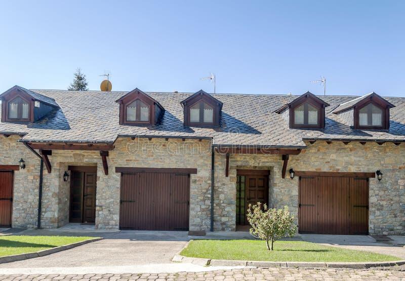 Facciata della casa di pietra fotografia stock immagine for Planimetrie della casa del garage