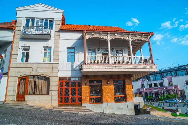 Facciata della casa tradizionale in vecchia città Tbilisi, Georgia immagini stock