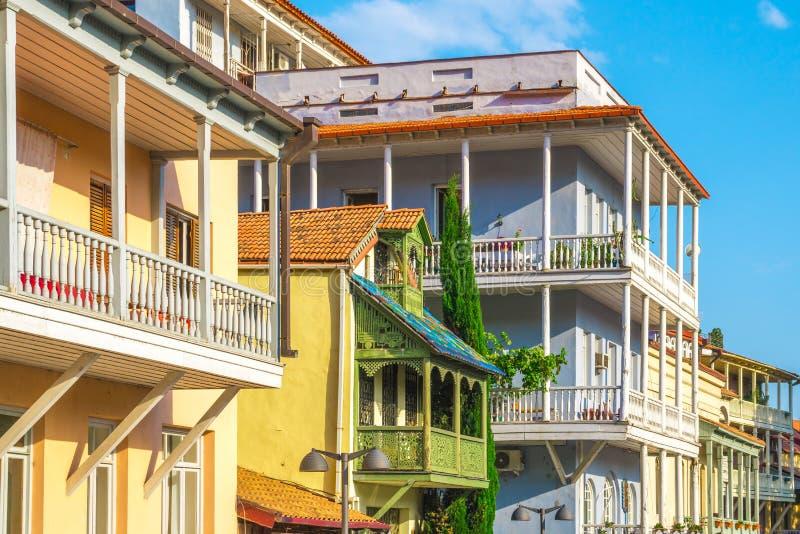 Facciata della casa tradizionale in vecchia città Tbilisi, Georgia immagine stock