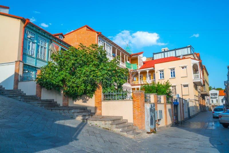 Facciata della casa tradizionale in vecchia città Tbilisi, Georgia immagini stock libere da diritti