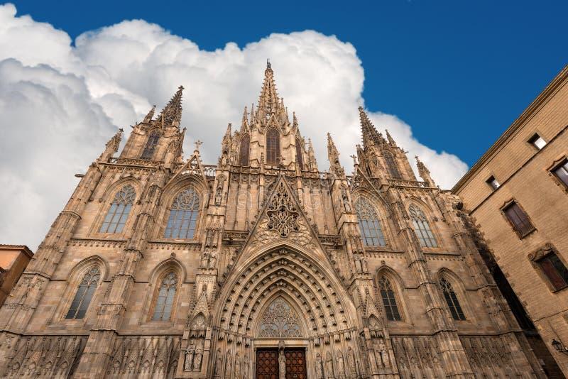 Facciata della cattedrale nello stile gotico - Spagna di Barcellona fotografie stock libere da diritti