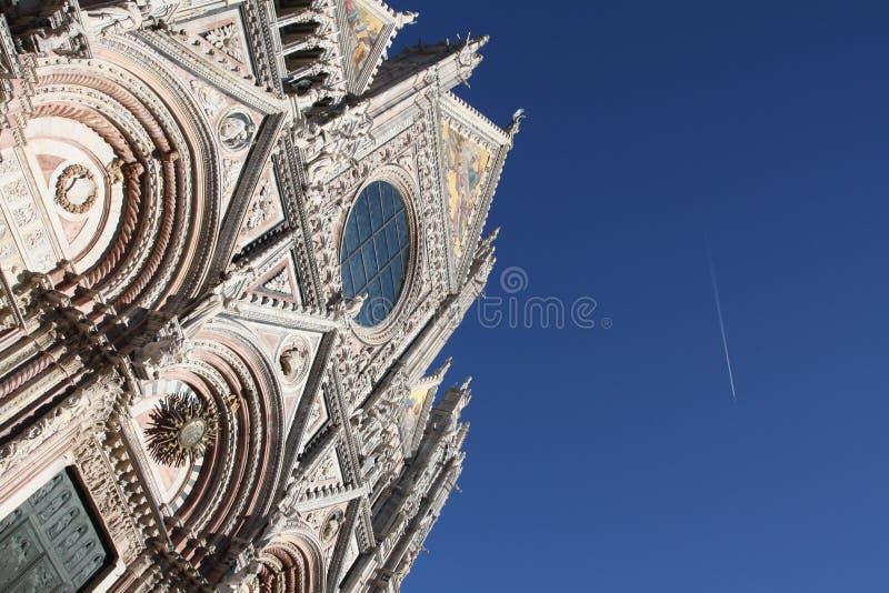 Facciata della cattedrale in terre di Siena immagine stock
