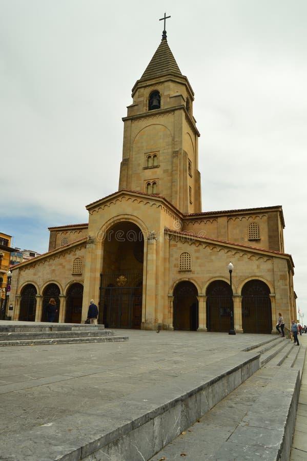 Facciata della chiesa di San Lorenzo On The Beach Of San Lorenzo In Gijon Architettura, viaggio, feste, città immagini stock