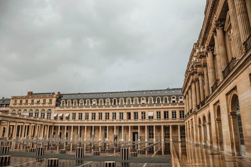 Facciata della costruzione e cortile interno con la gente il giorno piovoso al Palais-Royal a Parigi fotografia stock