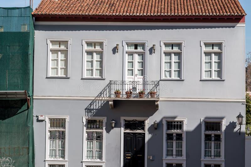 Facciata della costruzione in Grecia con il balcone fotografie stock libere da diritti