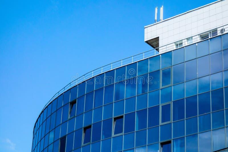 Facciata della parete di vetro con la riflessione del cielo della nuvola Fondo urbano moderno di architettura Centro di affari, b immagini stock libere da diritti