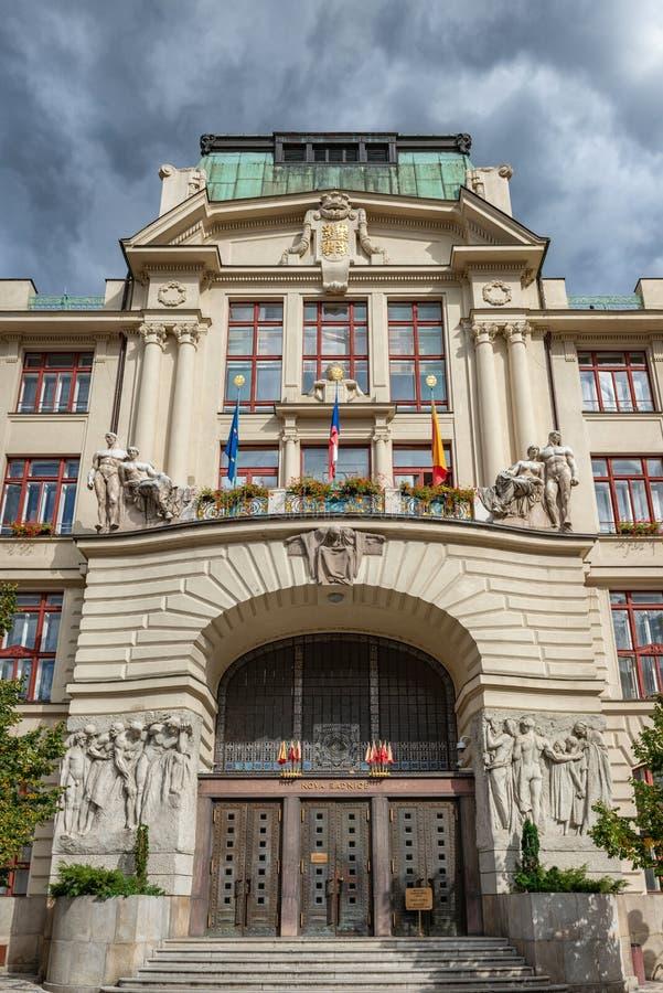 Facciata della repubblica Ceca di Praga di una costruzione decorata fotografia stock