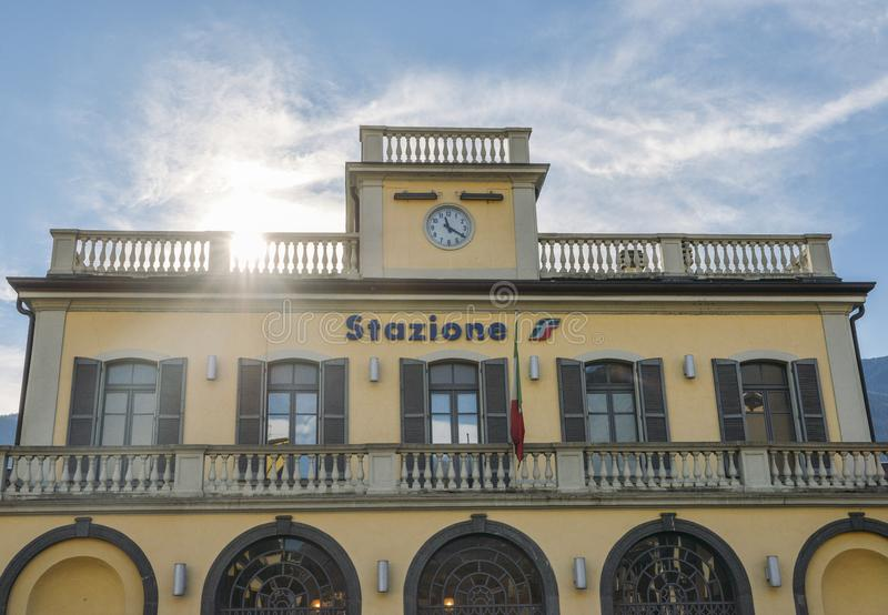 Facciata della stazione di ferrovia di Sondrio in Valtellina, Italia immagini stock