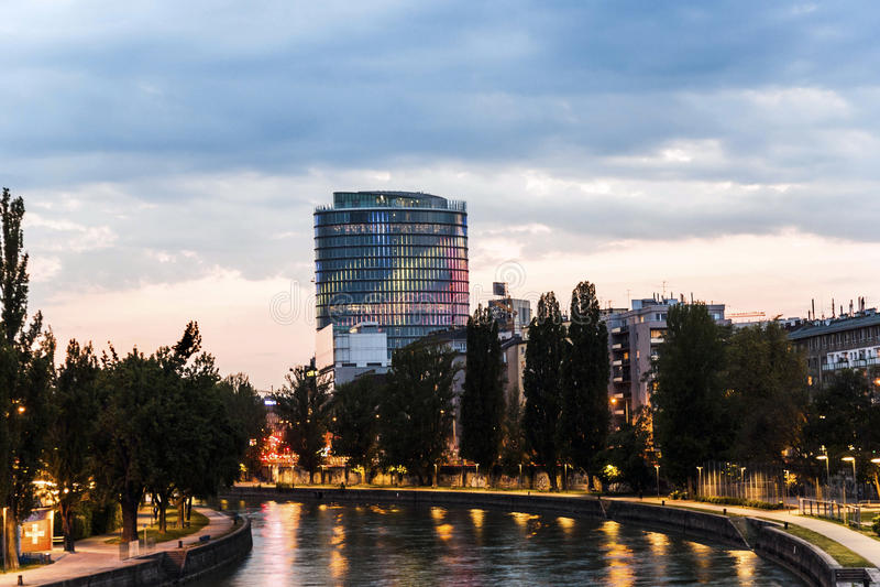 Facciata della torre di uniqua di notte fotografia stock libera da diritti