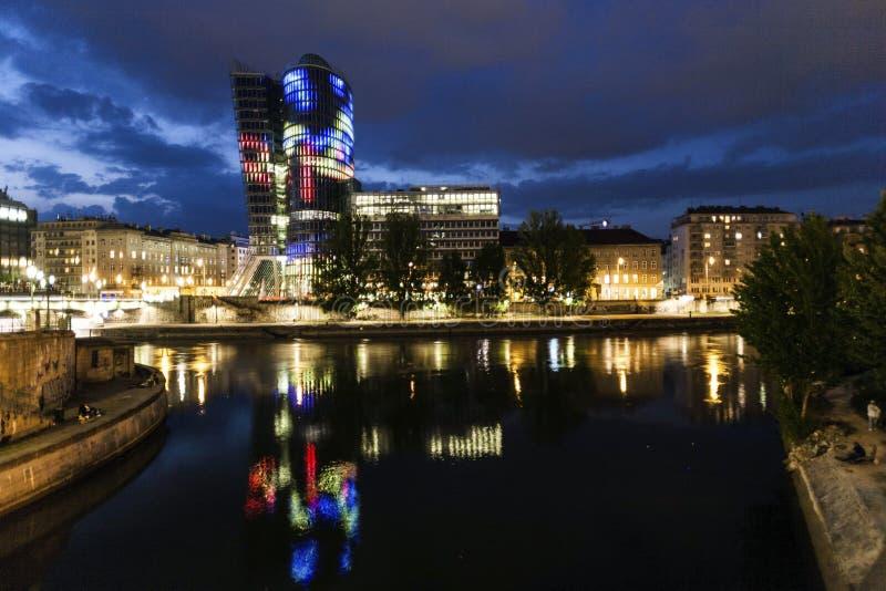 Facciata della torre di uniqua di notte immagine stock libera da diritti