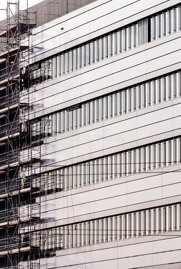 Facciata di costruzione moderna con l'armatura fotografia stock