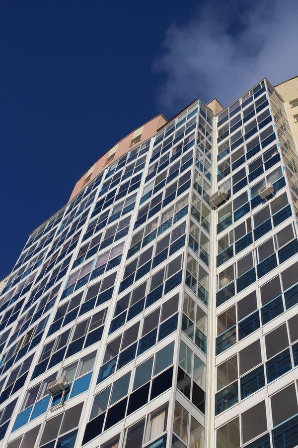 Facciata di costruzione moderna multipiana urbana dell'edificio residenziale di palazzo multipiano la nuova comoda con Windows co fotografia stock libera da diritti