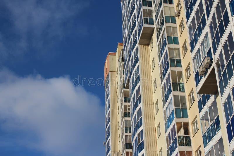 Facciata di costruzione moderna multipiana urbana dell'edificio residenziale di palazzo multipiano la nuova comoda con Windows co fotografia stock