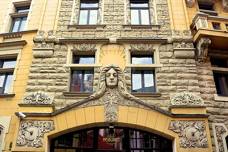 Facciata di costruzione sulla via 25, Riga, Lettonia di Jauniela fotografia stock libera da diritti