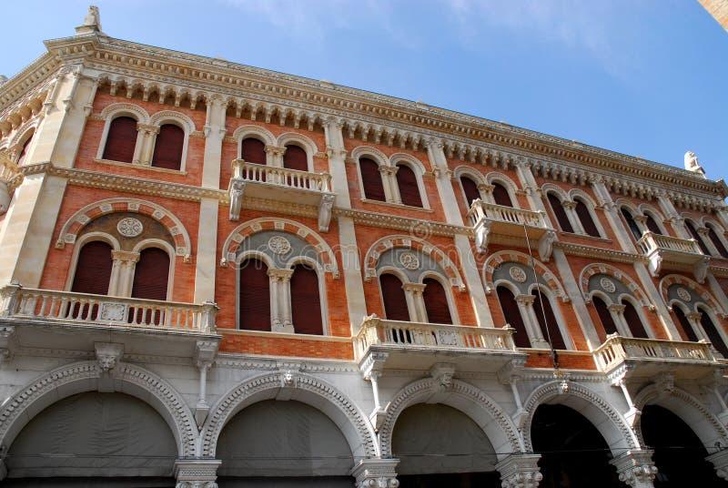 Facciata di grande palazzo di Debite a Padova in Veneto (Italia) fotografia stock