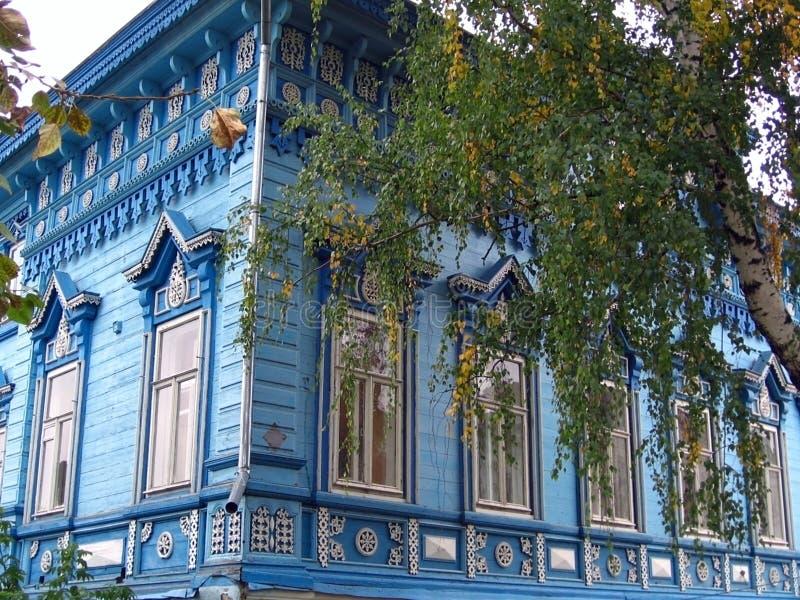 Facciata di legno blu della casa di campagna fotografia for Planimetrie della casa di campagna francese