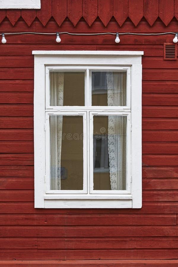 Facciata di legno rossa tradizionale con la finestra bianca Backgro d'annata fotografia stock libera da diritti